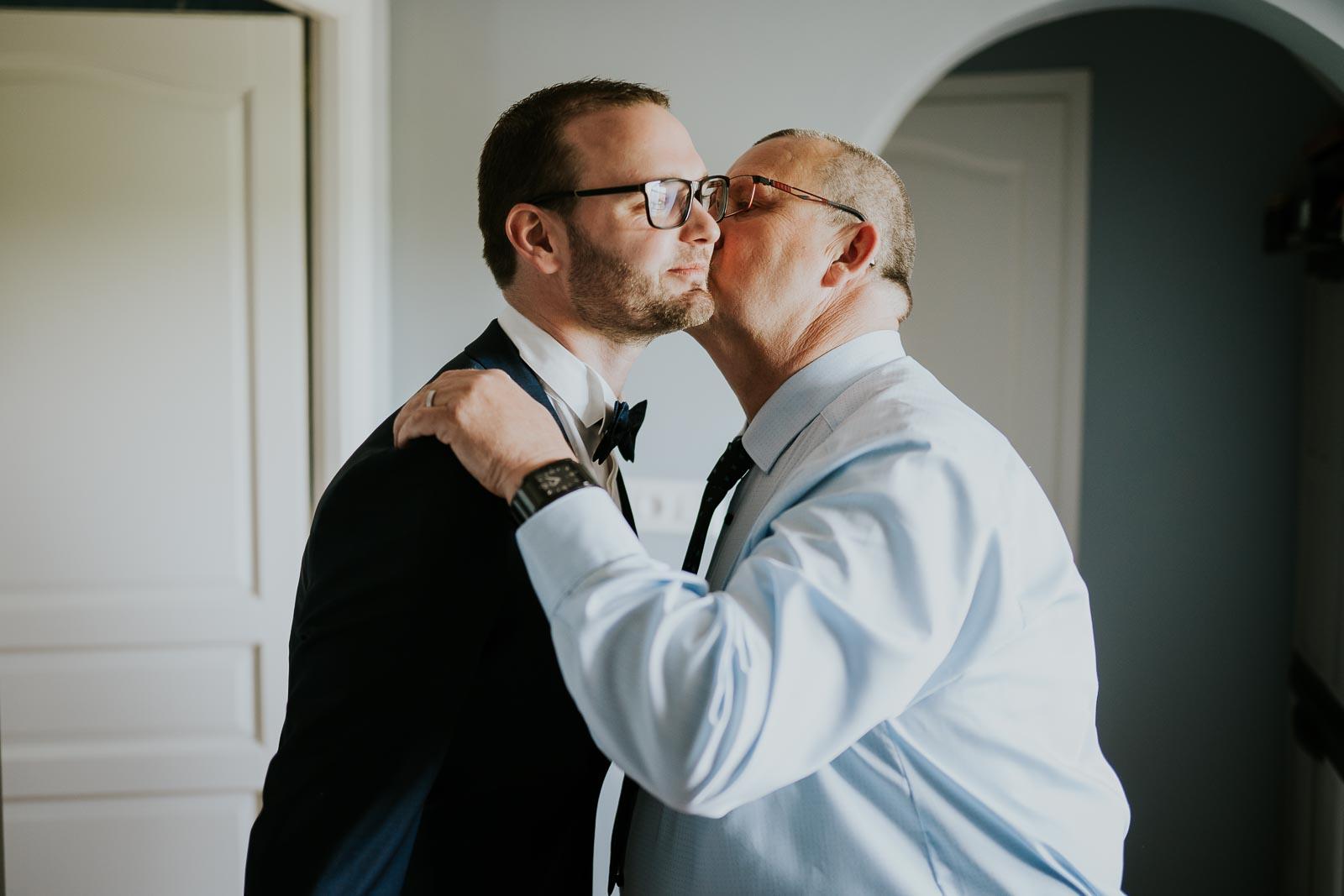 Le marié et son papa.