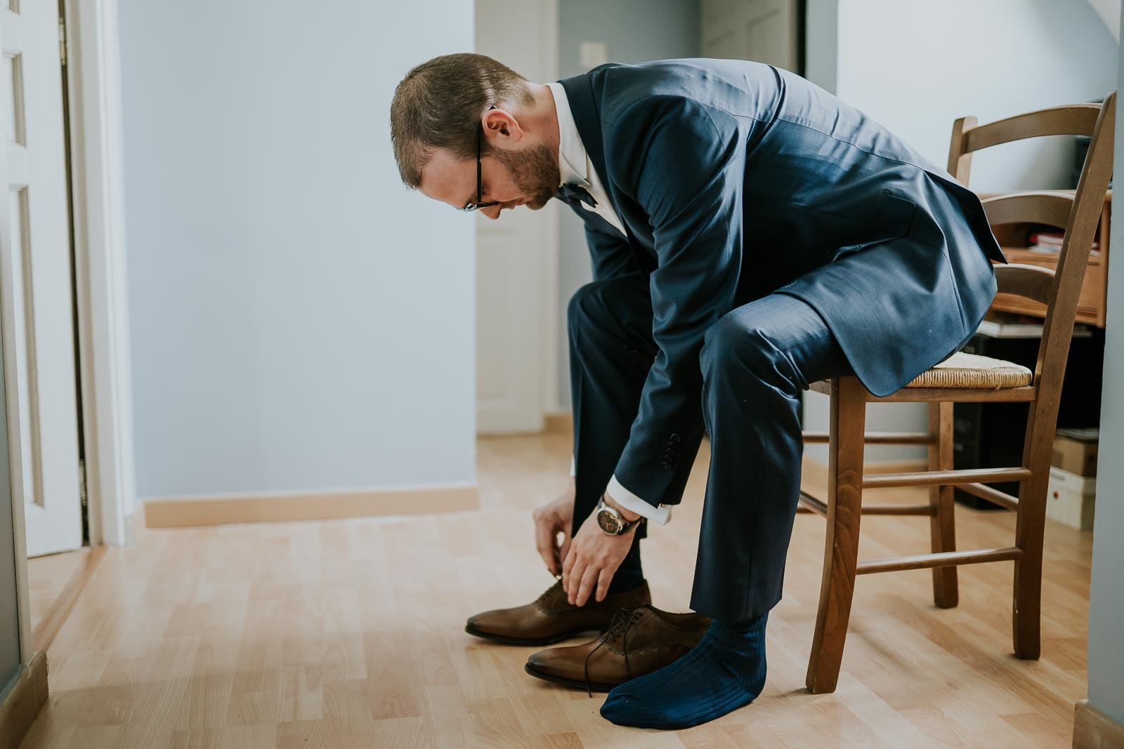 Le marié enfile ses chaussures, Wattignies la Victoires.