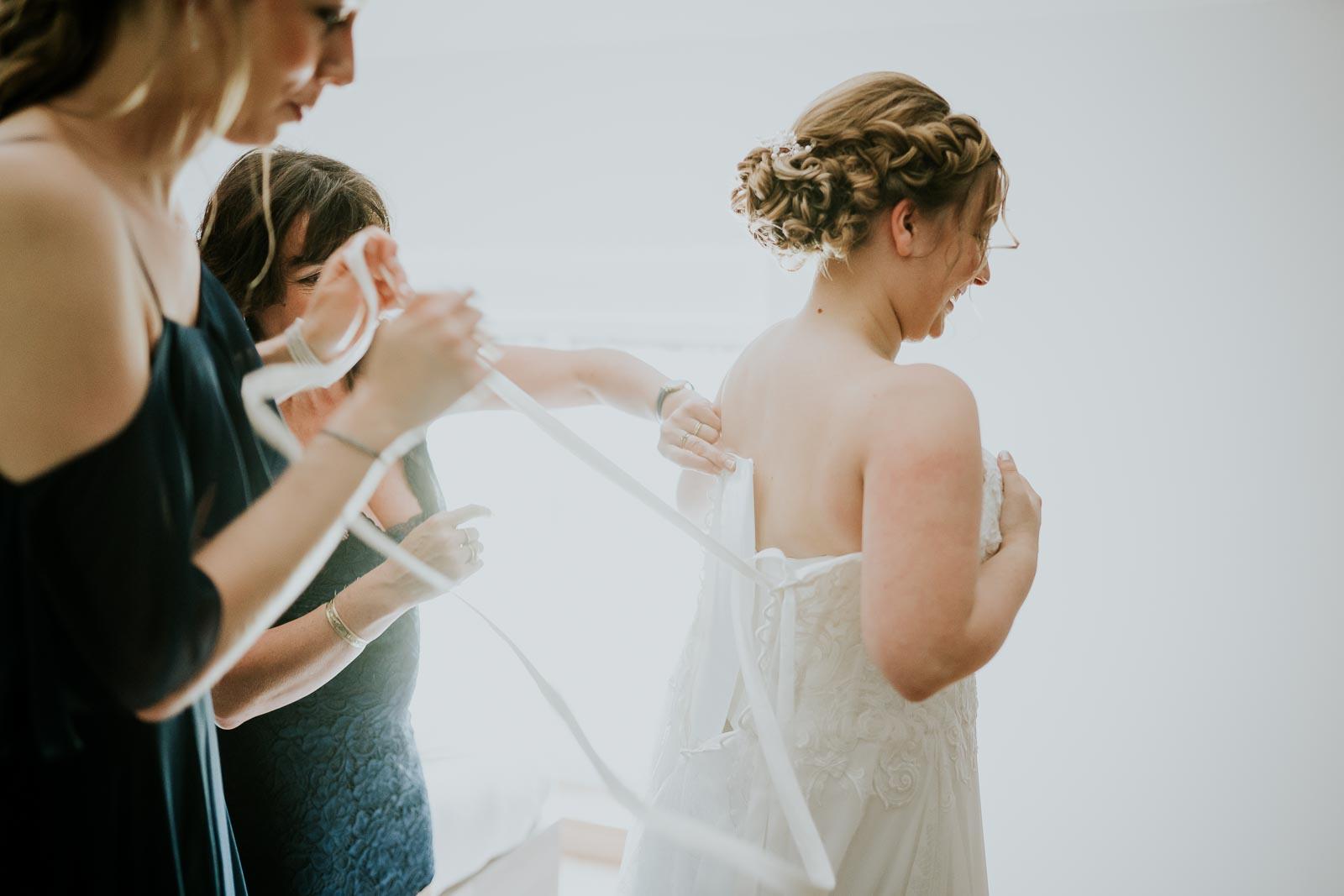 La mariée enfile sa robe Pronuptia, Floyon
