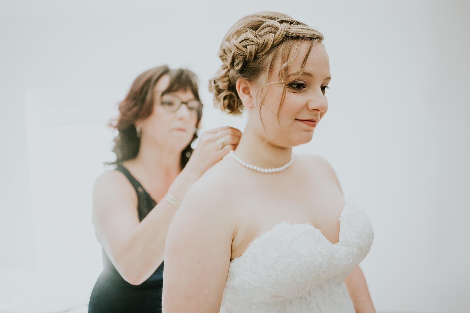 Collier de perle au cou de la mariée…