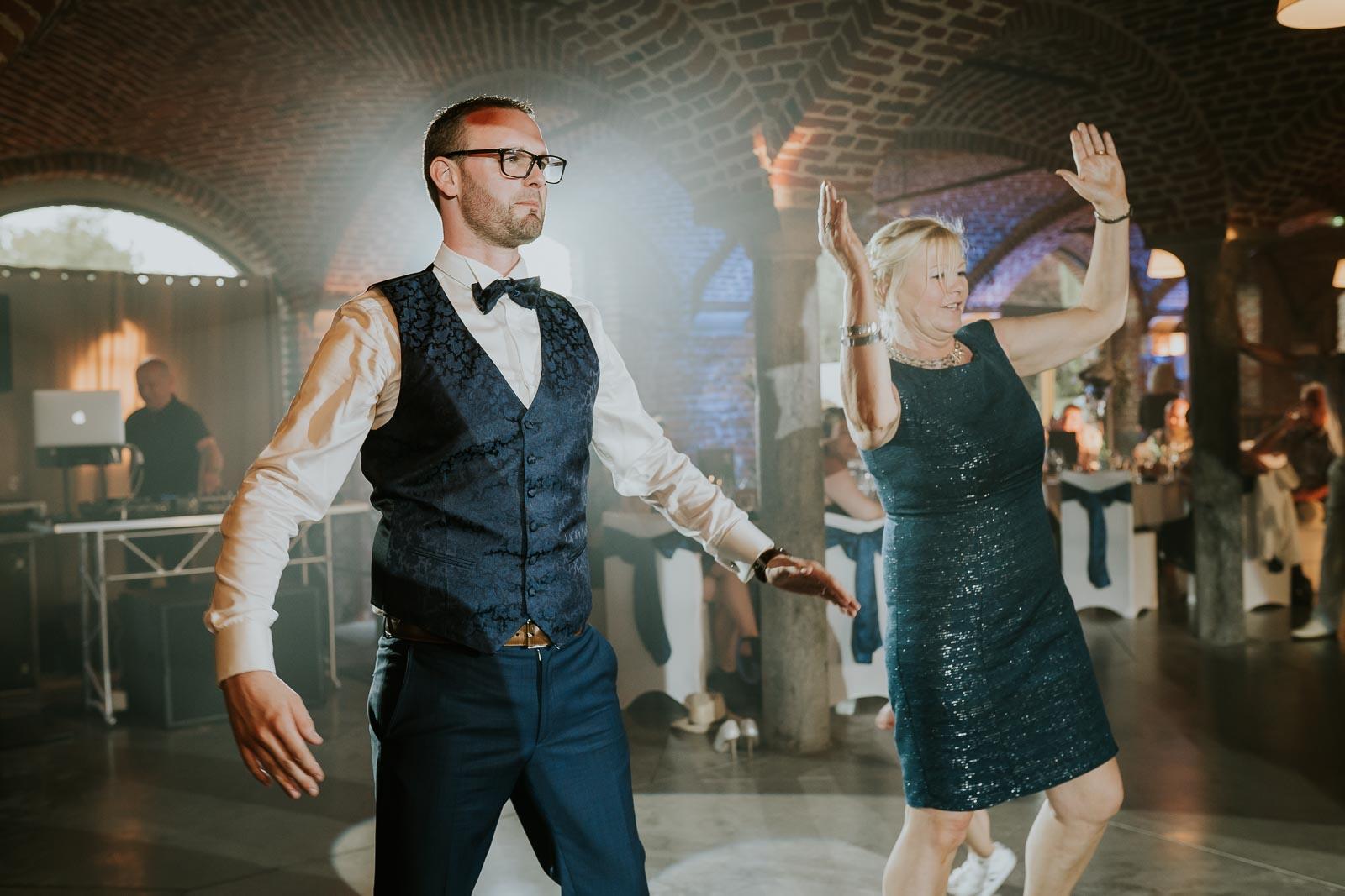Première danse du marié et sa maman.