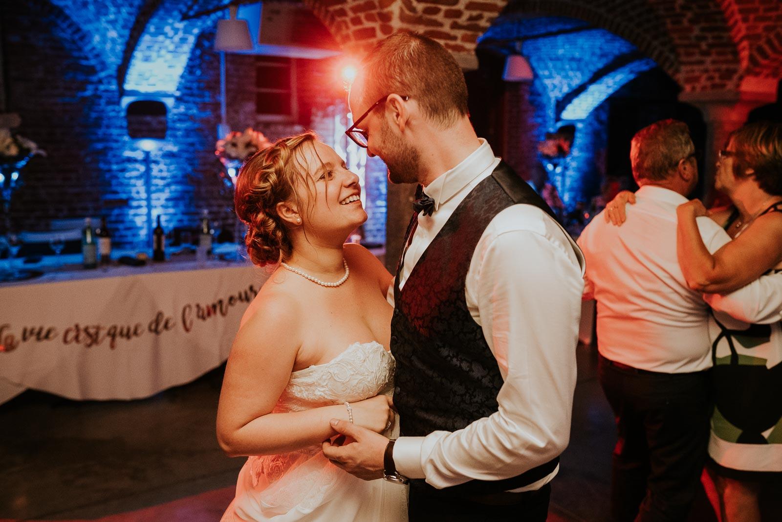 Les mariés sur la piste de danse des Etables de l'Aunelle.