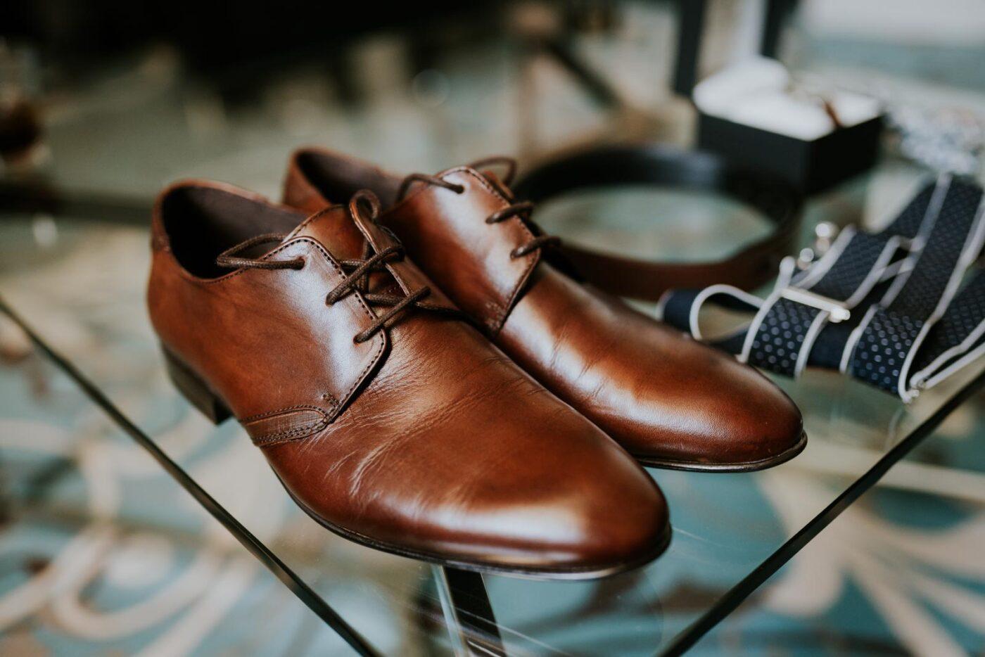 Détail des chaussures du marié.