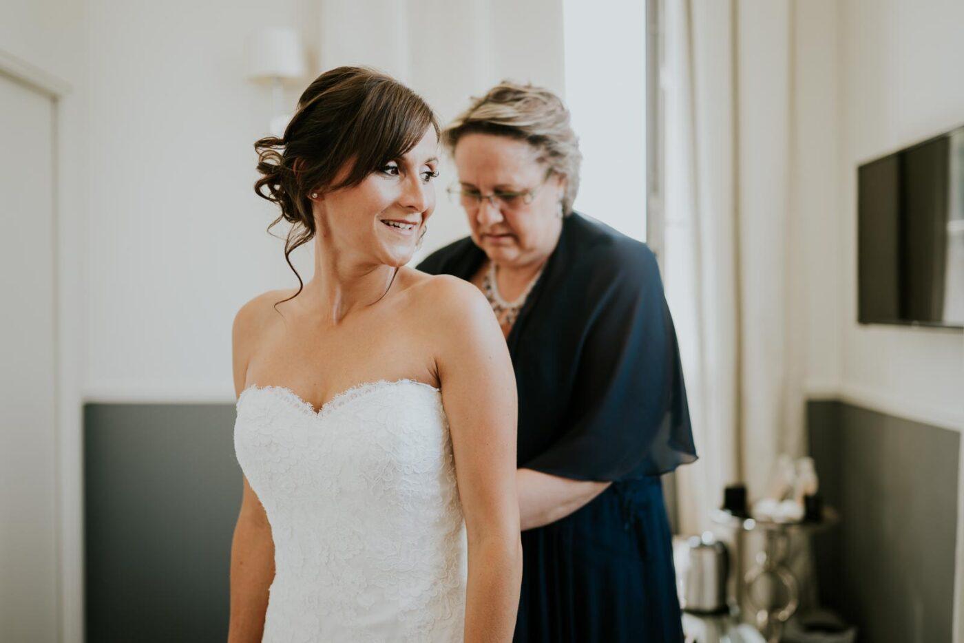 Fermeture de la robe de mariée, la tension monte !