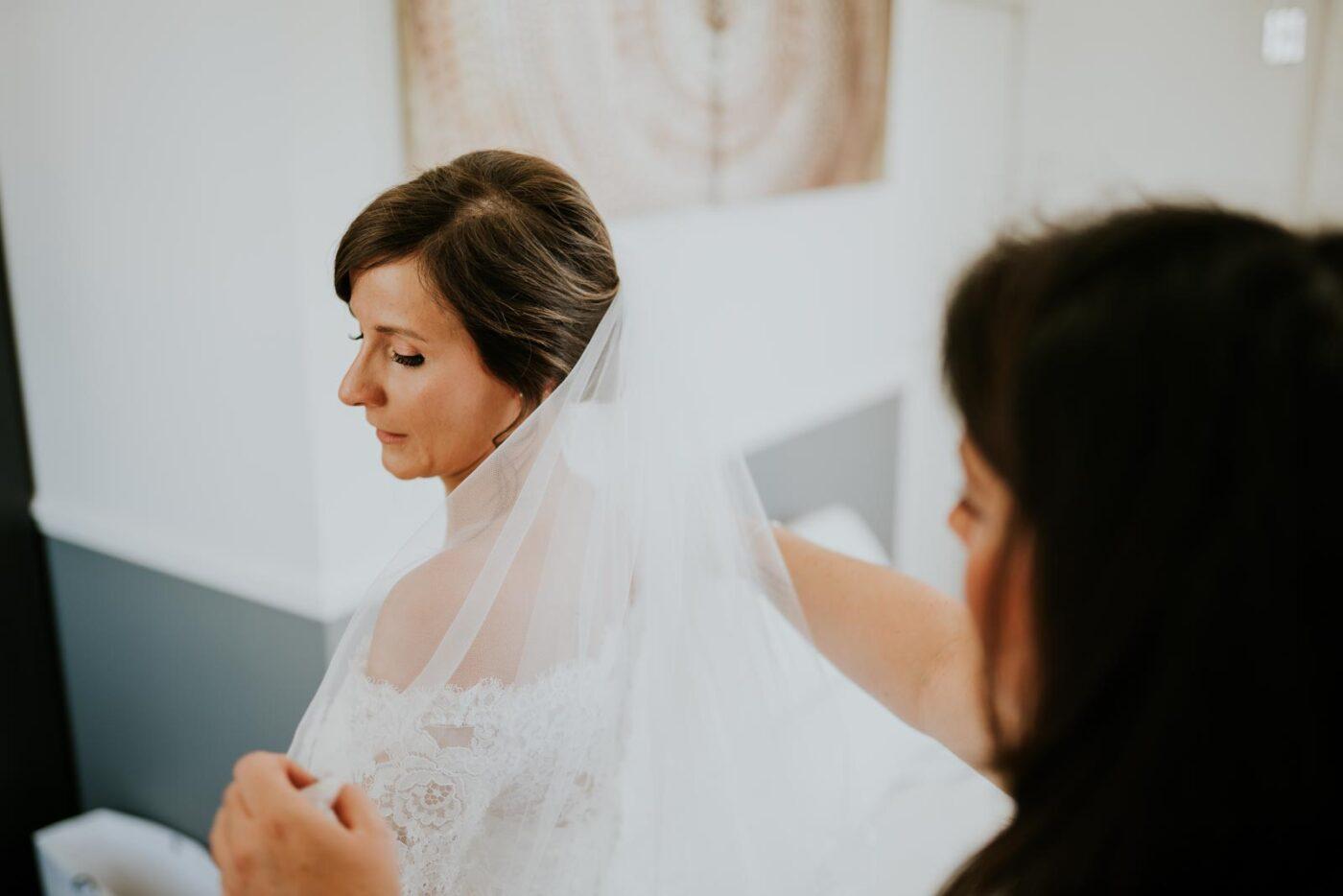 Le voile de la mariée est posé.