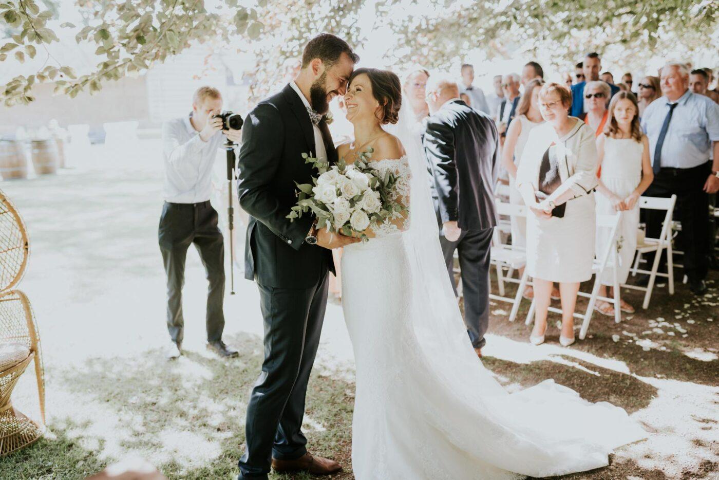 Les mariés sont réunis, place à la cérémonie laïque.