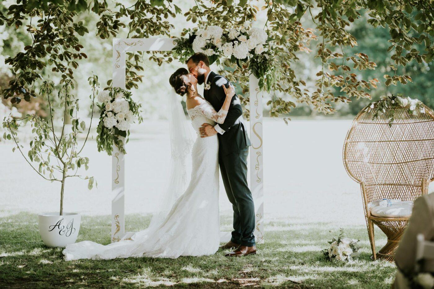 Le premier baiser après le mariage.
