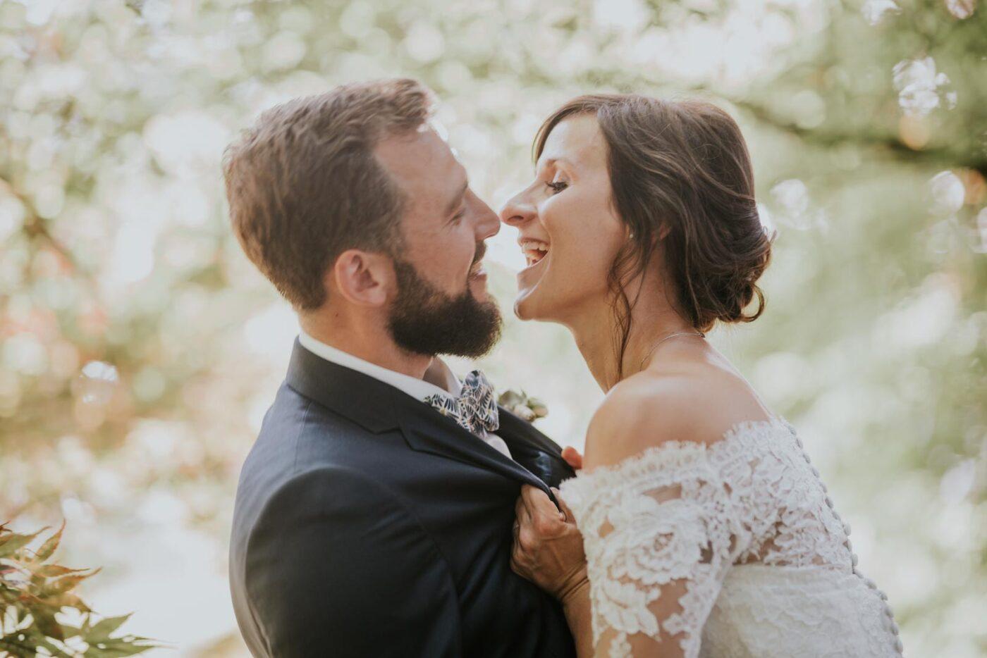 La mariée veut dévorer le marié - Photo de couple dans la nature du Château de Couturelle.