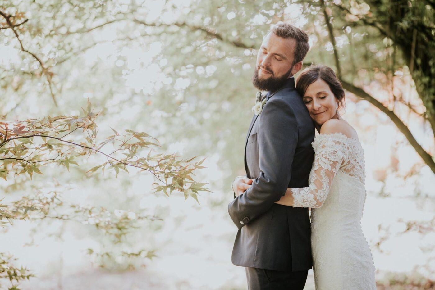 Serré contre le marié - Photo de couple dans la nature du Château de Couturelle.