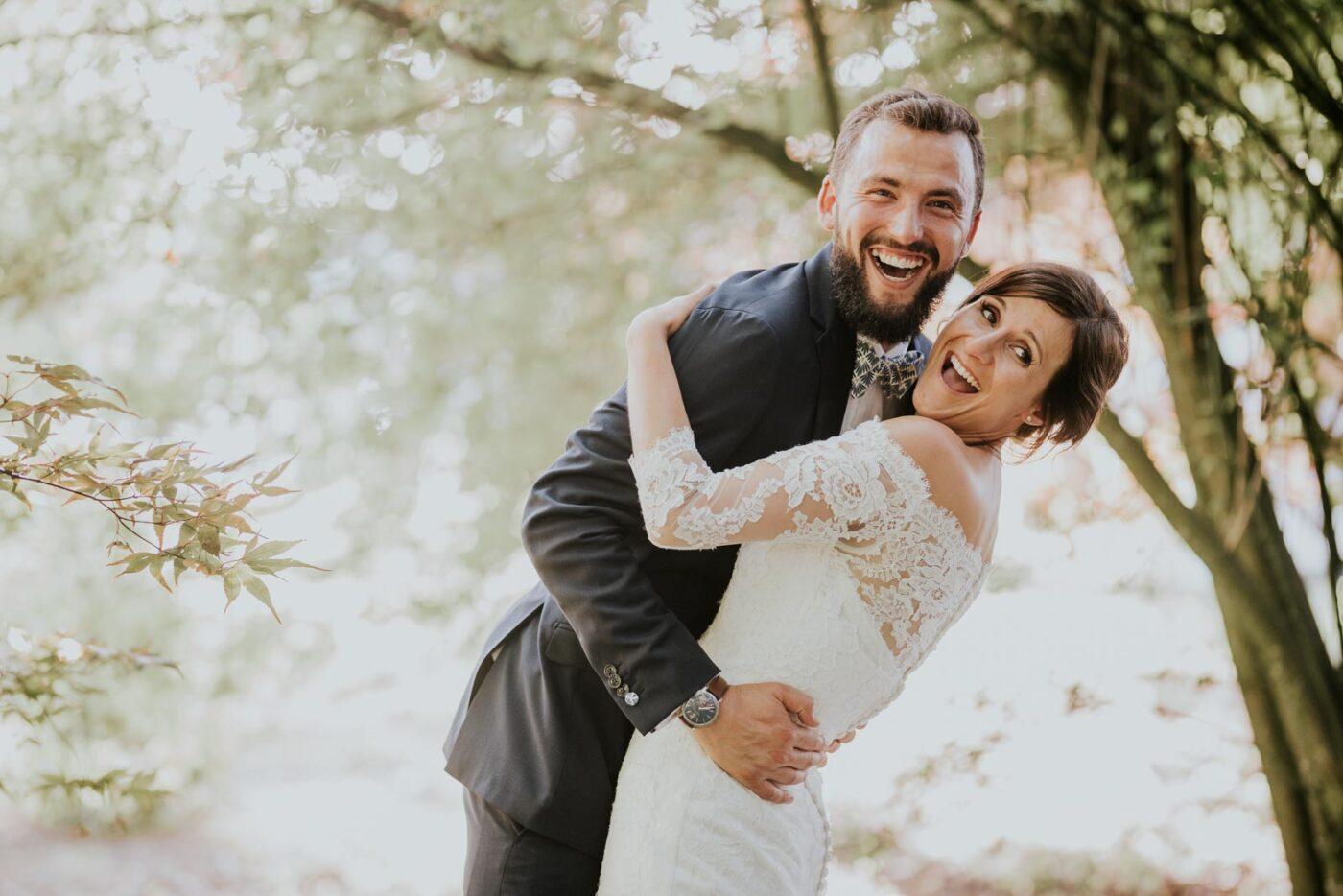Encore un fou rire - Photo de couple dans la nature du Château de Couturelle.