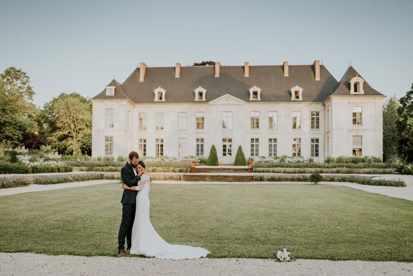 Dans ses bras devant le château de Couturelle.