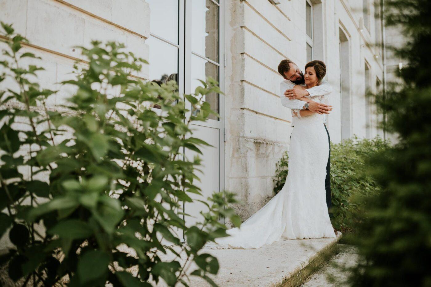 Photo de couple devant le château de Couturelle.