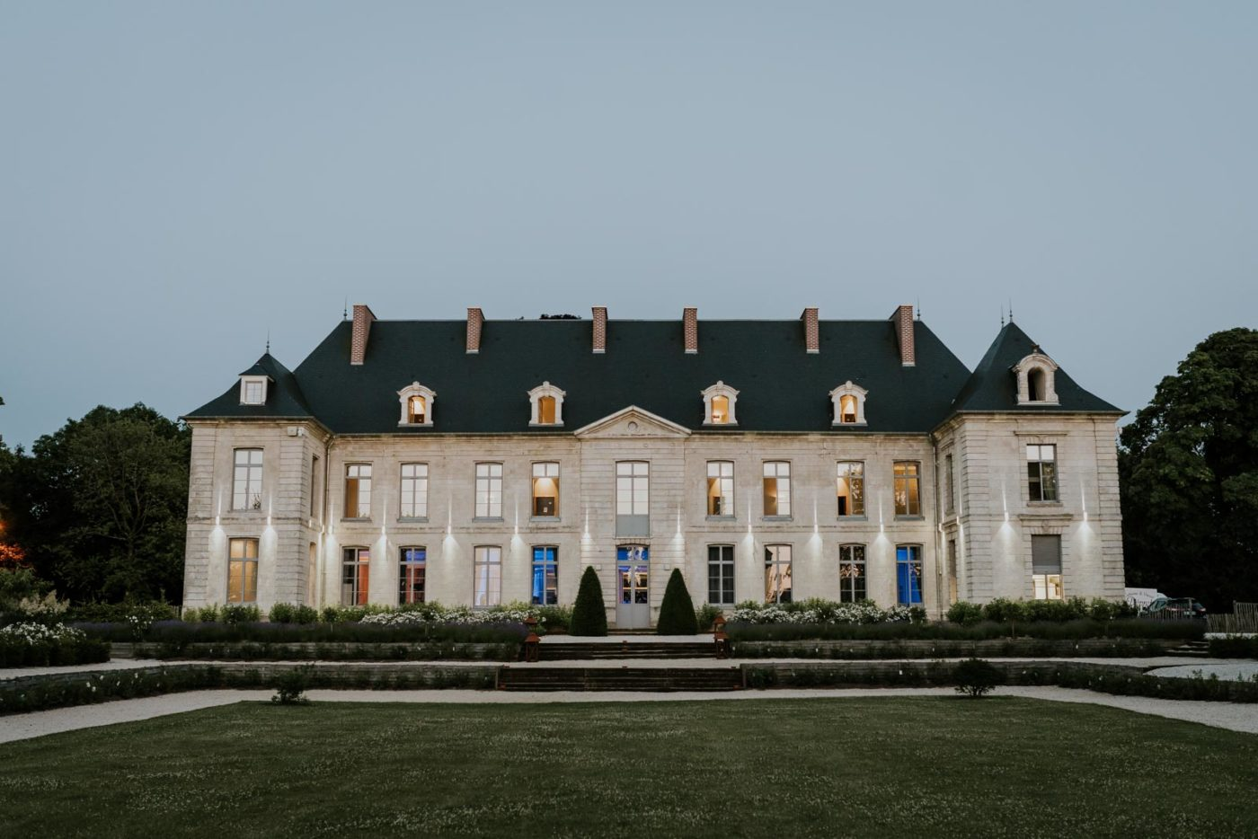 Château de Couturelle à la tombée de la nuit.