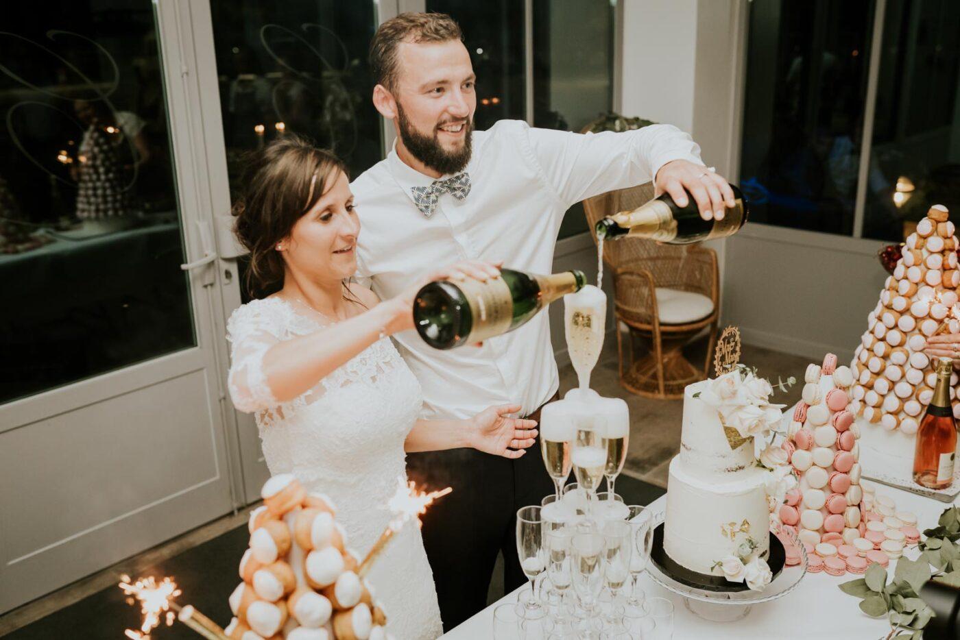 Les mariés présentent la pièce montée !