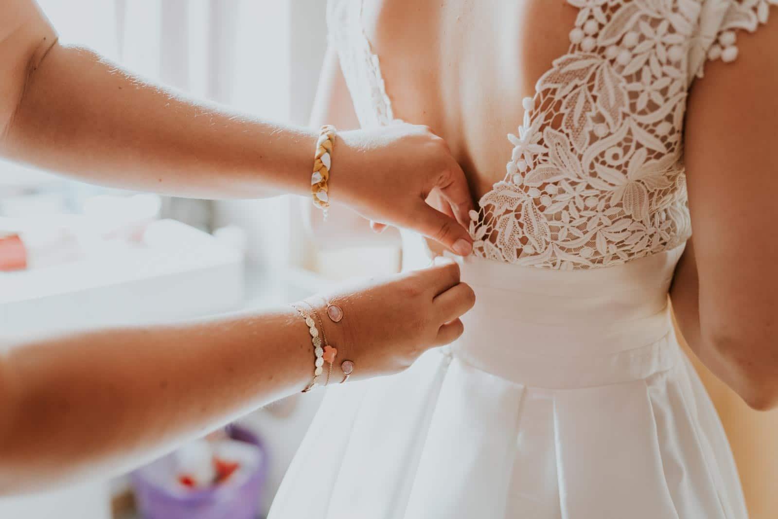 La fermeture de la robe…