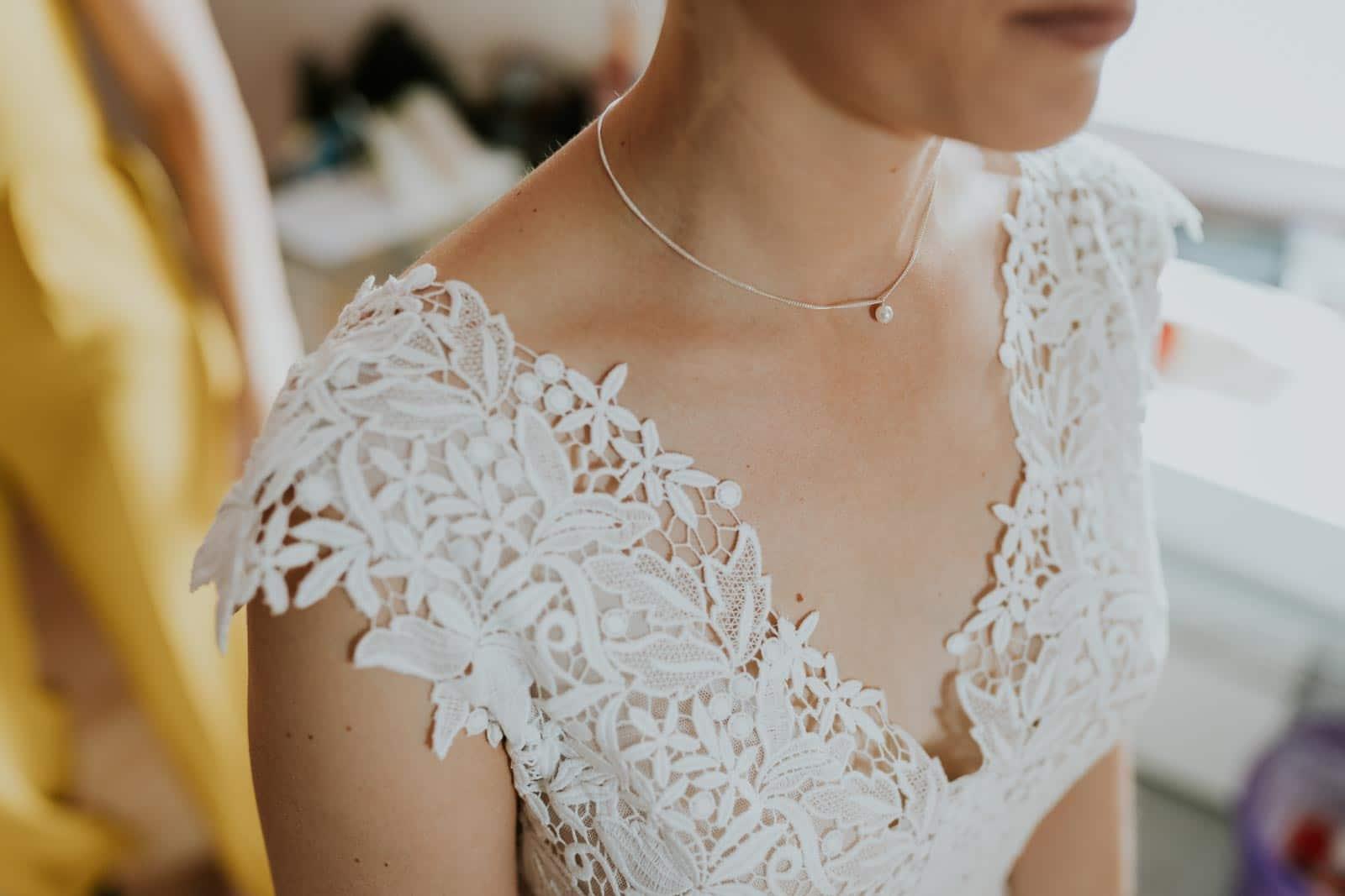 Détail de la robe de mariée…