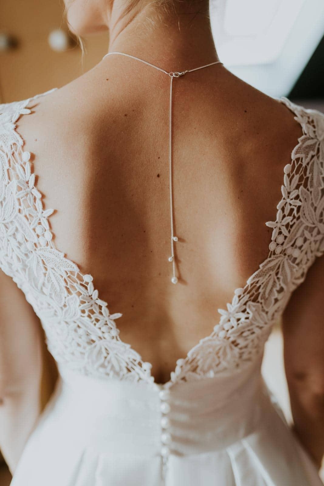 Détail du dos de la robe de mariée.