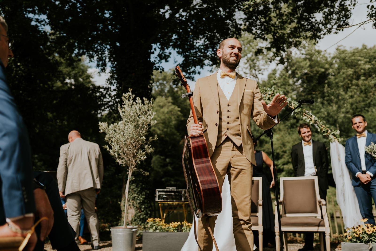 Le marié prend la guitare - Cérémonie laïque… Chateau de Morbecque…