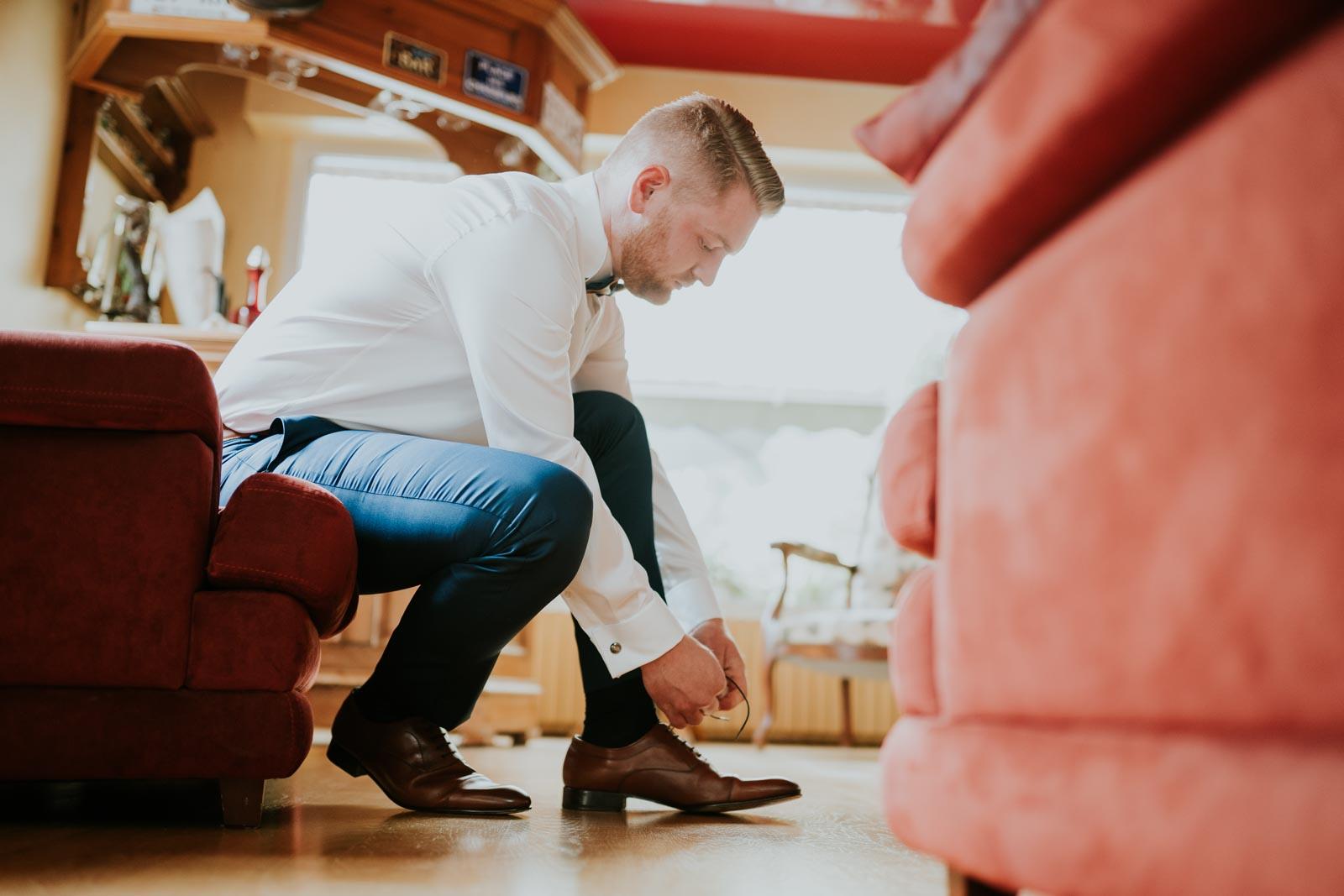 Le marié enfile ses chaussures…