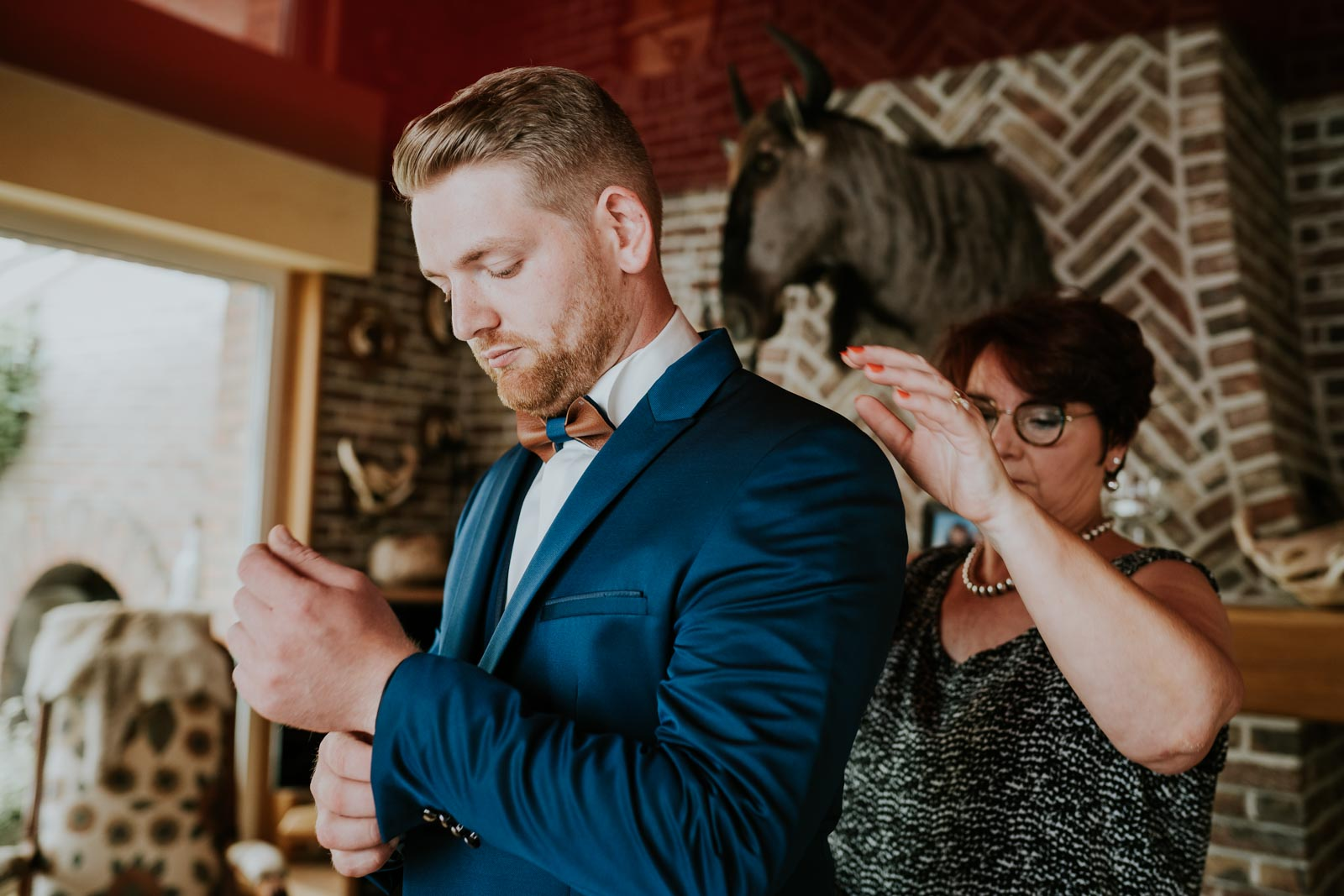 Le marié se prépare chez ses parents…