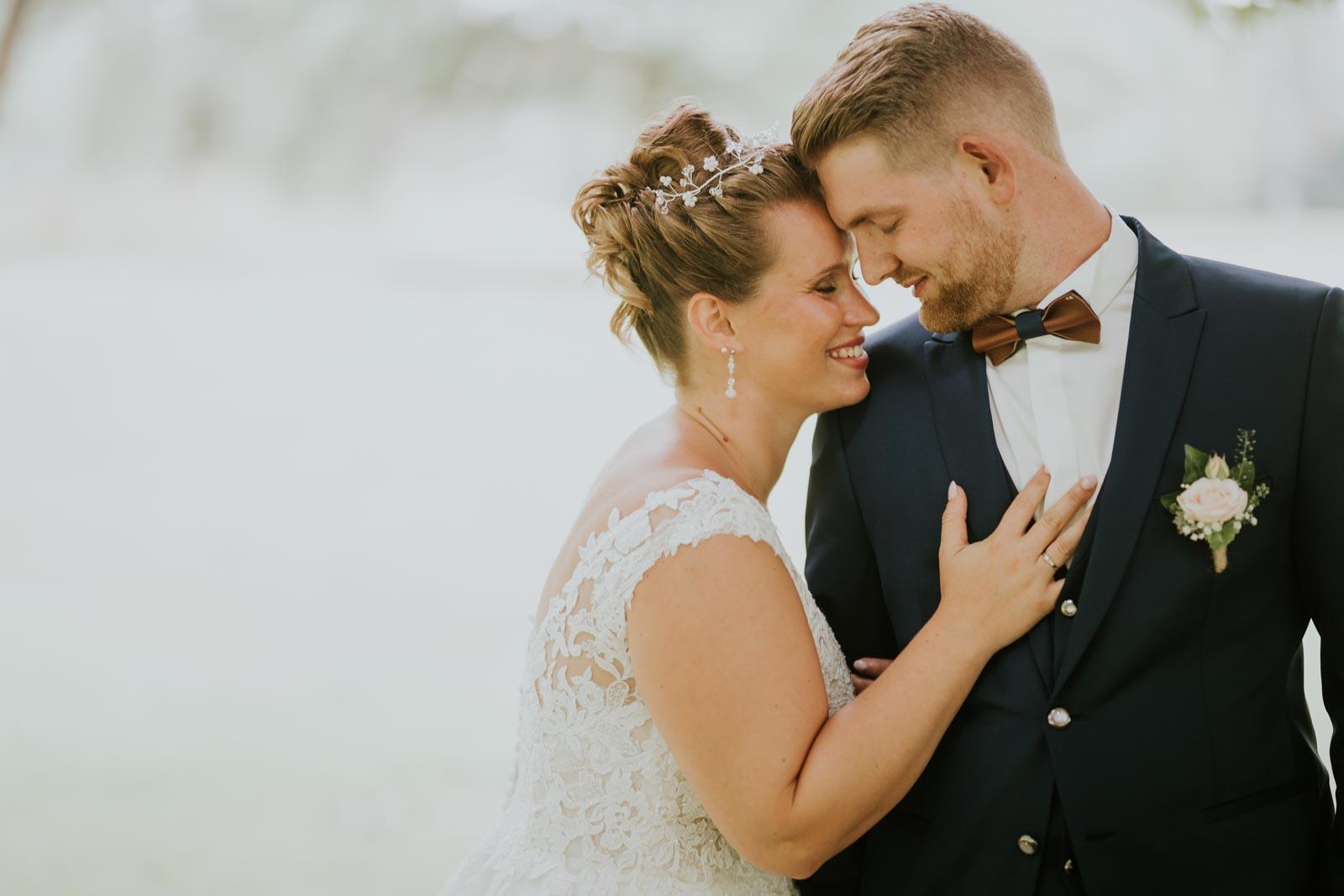 Contre lui… Photographe de mariage Lille.