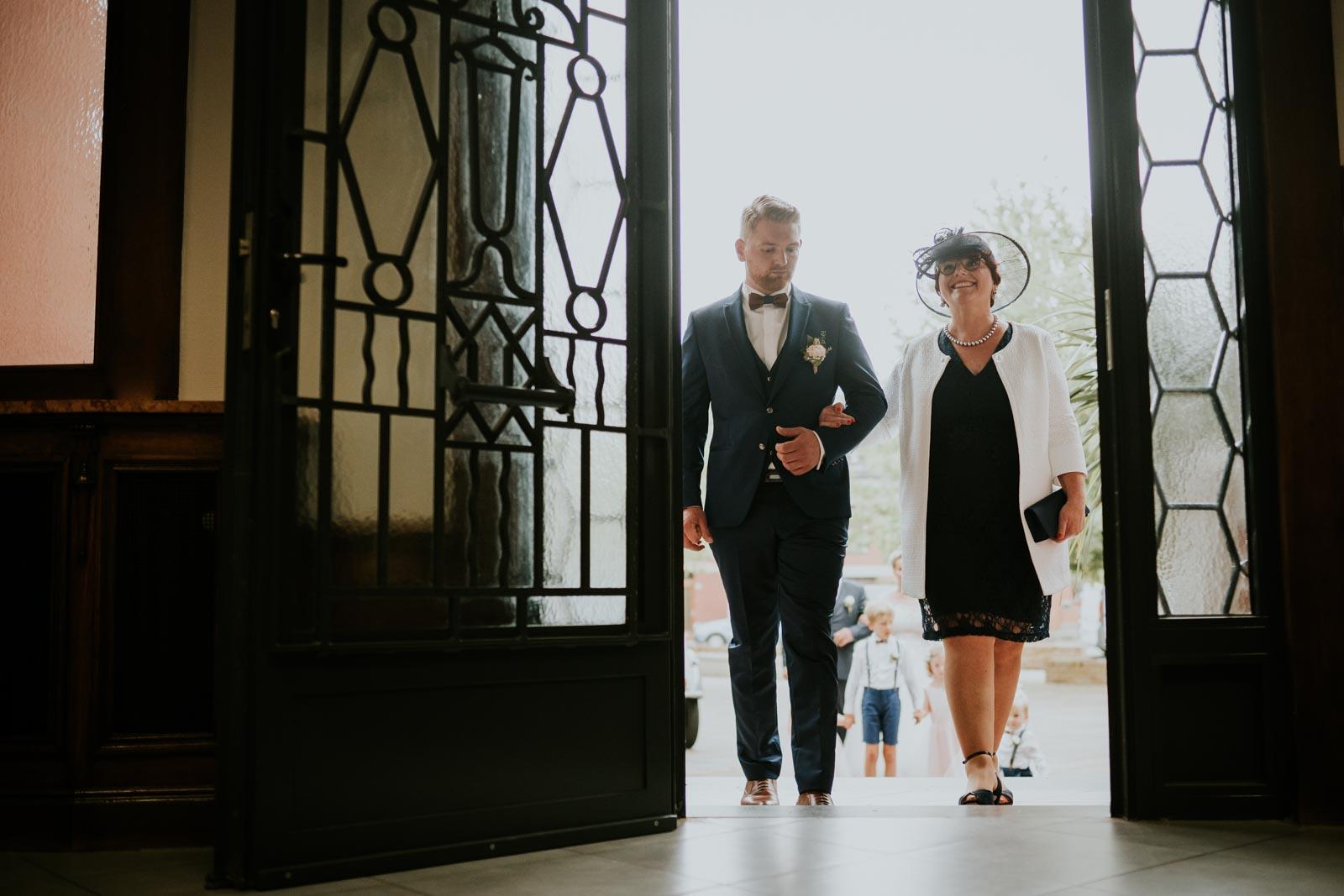 Le marié entre dans la mairie de La Chapelle-d'Armentières.