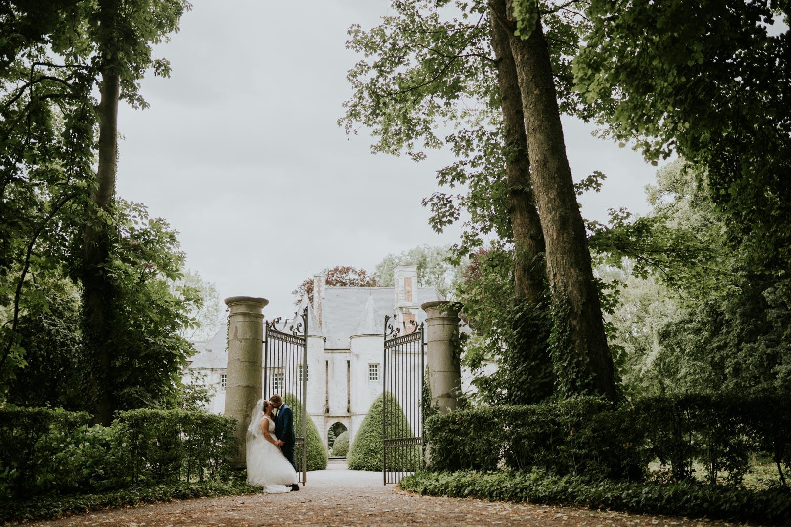 Un baiser devant les grilles du Château de Créminil