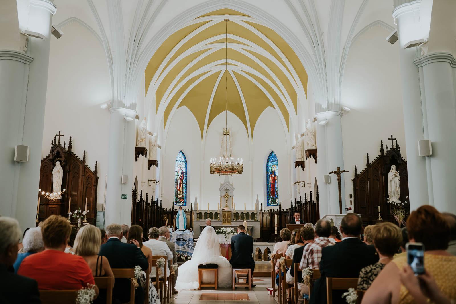 Les mariés dans l'église.