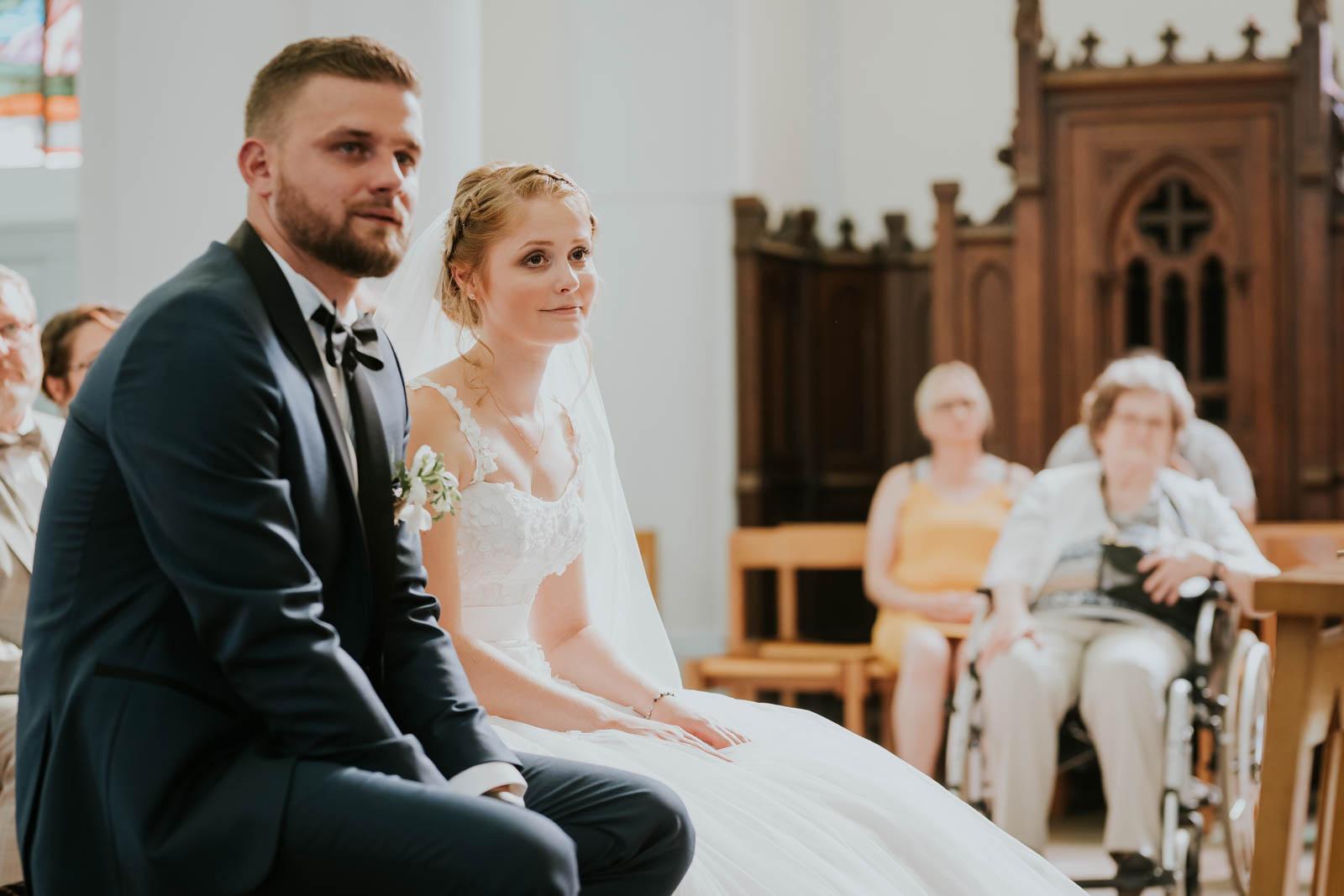 La mariée écoute pendant la cérémonie.
