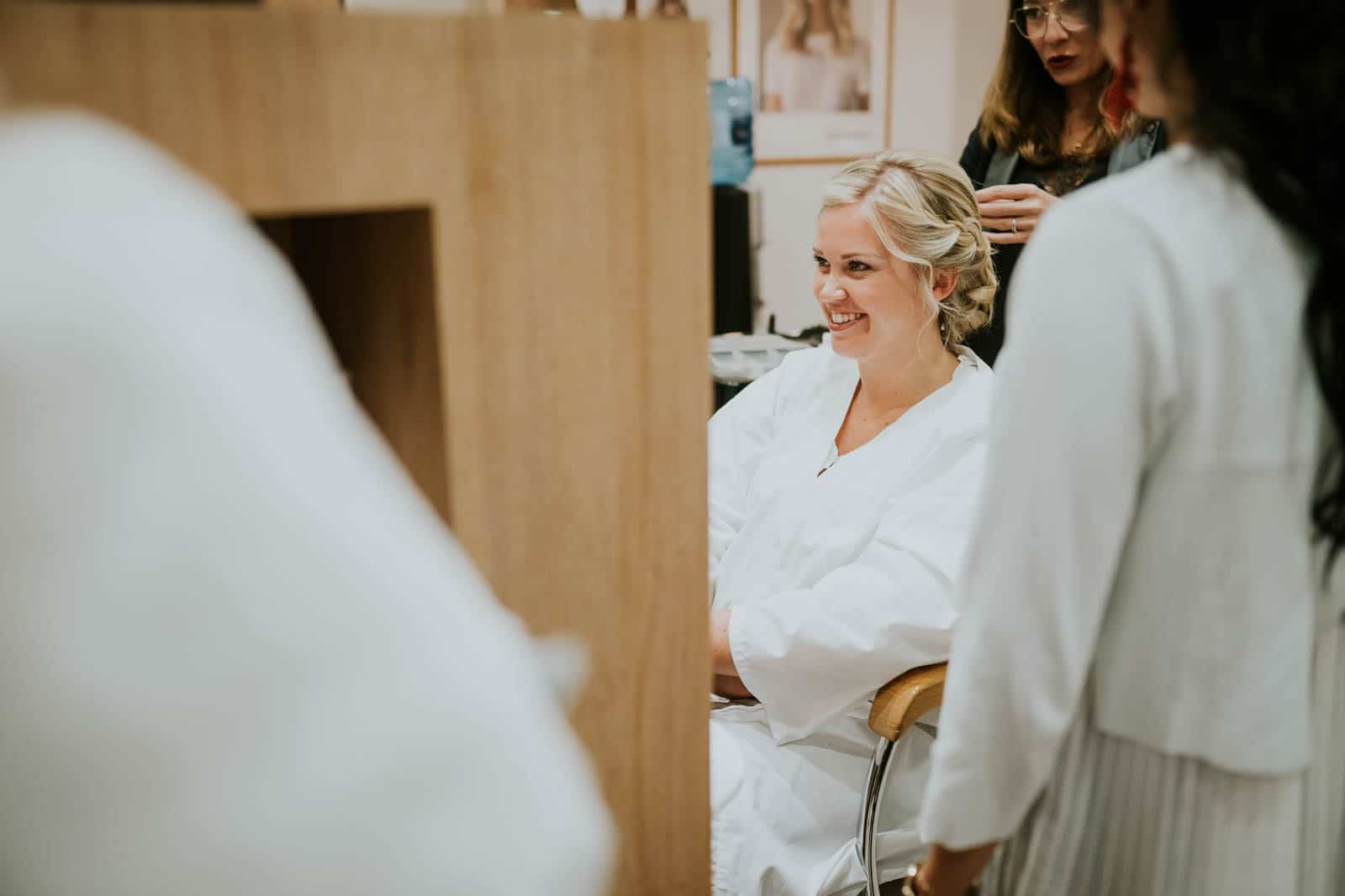 Chez le coiffeur - photographe de mariage.