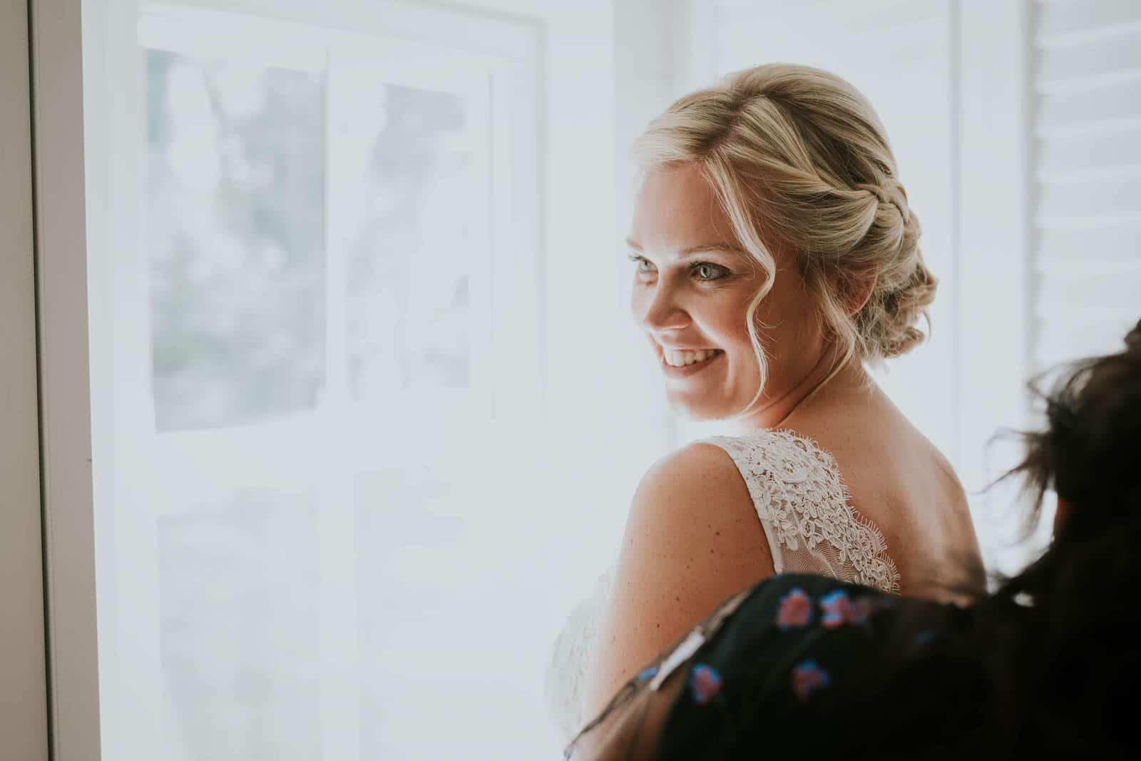 Fermeture de la robe… Photographe de mariage.