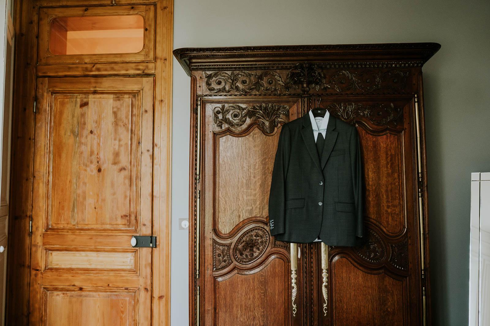 Le costume du marié au Domaine de la Traxène.