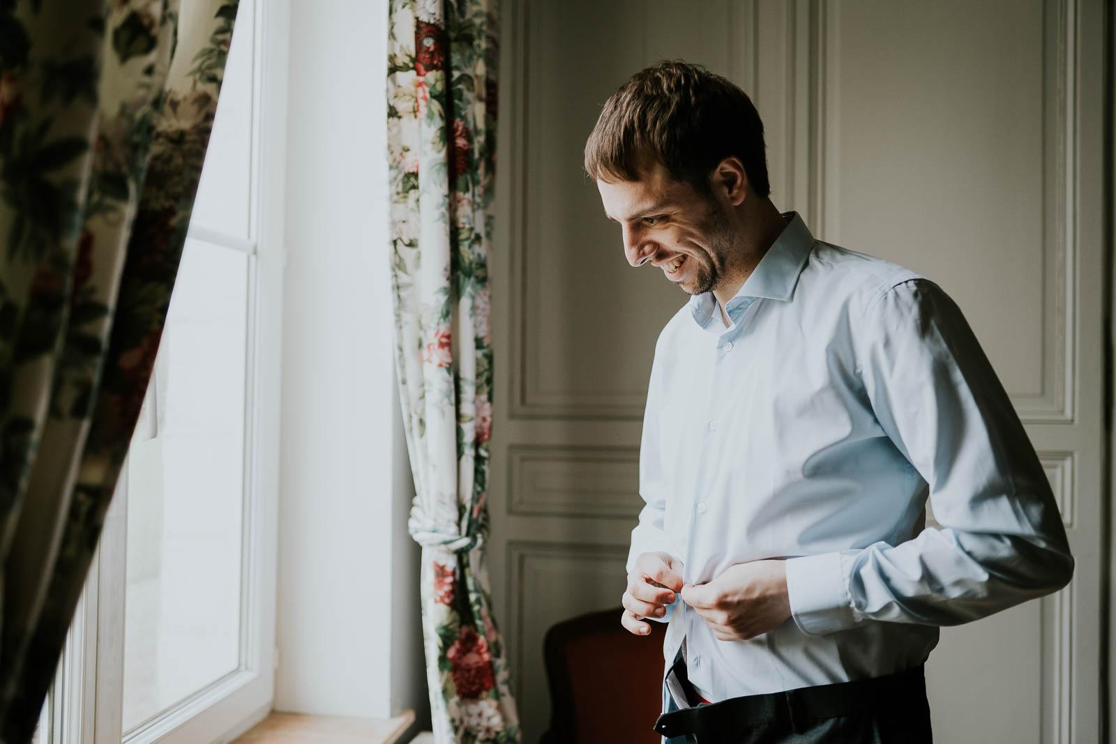 Le marié se prépare au Domaine de la Traxène.